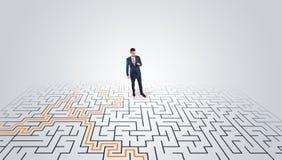 Ungt entrepren?ranseende i en mitt av en labyrint fotografering för bildbyråer