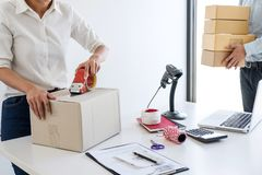 Ungt entrepren?rSME att motta best?llningsklienten och att arbeta med den f?rpackande online-marknaden f?r slagaskleverans p? k?p arkivfoto