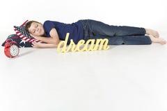 Ungt ett sovande pojkeljud och drömma Arkivbild