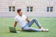 Ungt europeiskt studera för man som arbetar i New York City arkivfoton