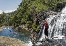 Ungt europeiskt turist- flickaanseende på kanten av bagarens nedgångar i nationalparken royaltyfria bilder