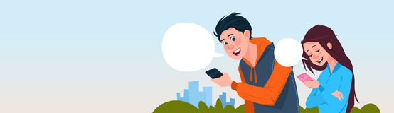 Ungt för Smart för hållande cell för pojke- och flickaMessaging utomhus massmedia för samkväm telefoner stock illustrationer