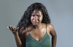Ungt förargat och ilsket göra en gest agiterat och pissat se för härlig och stressad svart afrikansk amerikankvinnakänsla galet o royaltyfri foto