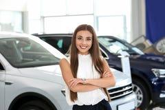 Ungt försäljareanseende i modern bil royaltyfri bild
