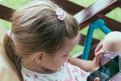 Ungt förskolebarn som använder smartphonen royaltyfria bilder