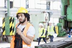 Ungt fungerande maskineri för manuell arbetare i metallbransch Royaltyfria Foton