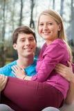 Ungt gift par i hem royaltyfri fotografi