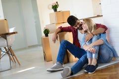 Ungt gift par med askar och innehavlägenhettangenter Arkivfoton