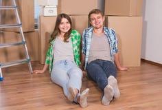 Ungt gift par med askar och innehavlägenhettangenter arkivbild