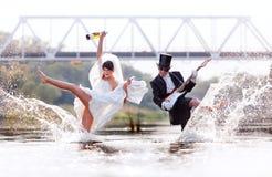 Ungt gift par med gitarren och vinrankan Royaltyfria Foton