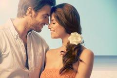 Ungt gift par som har ett romantiskt ögonblick Fotografering för Bildbyråer