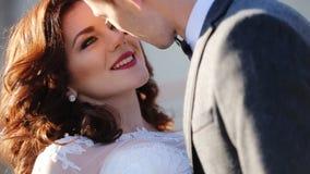 Ungt gift par som kysser skottet i ultrarapid stock video