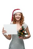Ungt gladlynt flickaholdingtecken på white Fotografering för Bildbyråer