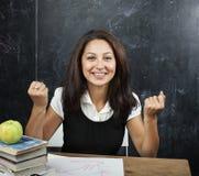 Ungt gulligt brunbränt lyckligt peka för tonårs- flicka och att tänka, utbildningsbegrepp Arkivbilder