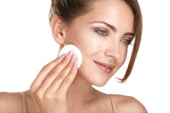Ungt härligt gör perfekt modellen som applicerar yrkesmässig makeup Arkivfoton