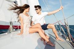 Ungt härligt gift par som omfamnar på yachten Arkivfoton