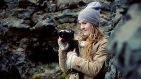 Ungt härligt kvinnaanseende i bergen och filmandet på kamera Turist- kvinnligt tagande foto från turen arkivfilmer