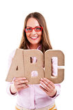 Ungt härligt kvinnaanseende med abcbokstäver Arkivfoto