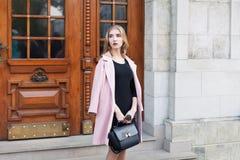 Ungt härligt kvinnaanseende på gatan Elegant dräkt full stående för huvuddel Kvinnligt dana Royaltyfria Bilder