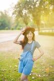 Ungt härligt kvinnaleende i hösten Fotografering för Bildbyråer