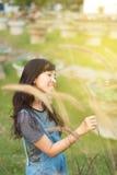Ungt härligt kvinnaleende i hösten Royaltyfria Bilder