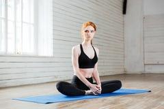 Ungt härligt kvinnasammanträde i yogaposition royaltyfria foton