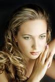 Ungt härligt kvinnligt med långt hår Fotografering för Bildbyråer