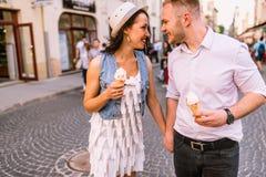 Ungt härligt le för par som omfamnar Arkivbilder