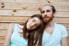 Ungt härligt le för par som poserar över träbrädebakgrund Royaltyfria Bilder