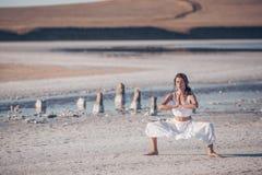 Ungt härligt meditera för flicka Royaltyfri Bild