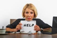 Ungt härligt och stressat arbete för affärskvinna som förkrossas och som är deprimerat på skrivbordet för kontorsbärbar datordato fotografering för bildbyråer