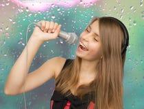Ungt härligt sjunga för tonårs- flicka Arkivfoton