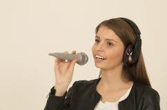Ungt härligt sjunga för tonårs- flicka Fotografering för Bildbyråer