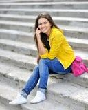Ungt härligt trendigt le för flicka Arkivfoton