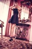 Ungt h?rligt flickastag i en lyxig vardagsrum arkivbilder