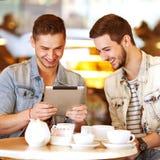 Ungt hipstergrabbsammanträde i ett kafé som pratar och dricker coffe Royaltyfri Fotografi