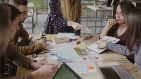 Ungt idérikt affärslag i modernt kontor Multietnisk grupp människor som tillsammans arbetar på arkitektonisk design lager videofilmer