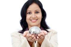 Ungt indiskt jordklot för pussel för innehav för affärskvinna arkivbilder