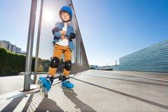 Ungt inline skateboradåkareanseende på utomhus- rollerdrom royaltyfri foto