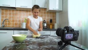 Ungt innehåll för vloggerinspelningvideo för matbloggen som knådar deg arkivfilmer