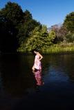 Ungt japanskt amerikanskt kvinnaanseende i floden Arkivfoto