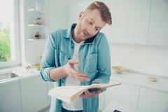 Ungt kockförsök som lagar mat nya vänner a för appell för frukostlunchfilial royaltyfri fotografi