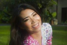 Ungt kopplat av härligt och lyckligt asiatiskt kinesiskt ligga för 20-talkvinna Royaltyfri Foto