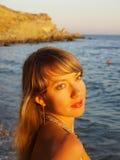 Ungt kvinnaanseende på stranden Royaltyfri Bild