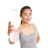 Ungt kvinnadricksvatten Arkivbilder