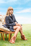 Ungt kvinnasammanträde i stol Royaltyfri Foto