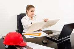 Ungt kvinnligt arkitektarbete på projektera Arkivbild