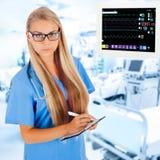 Ungt kvinnligt doktorshandstilrecept i ICU Royaltyfri Bild
