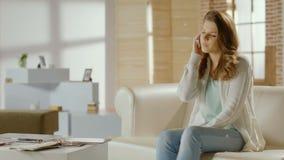 Ungt kvinnligt kalla och att ha telefonkonversation som avslutar appell lager videofilmer