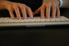 Ungt kvinnligt maskinskrivningtangentbord Arkivfoto